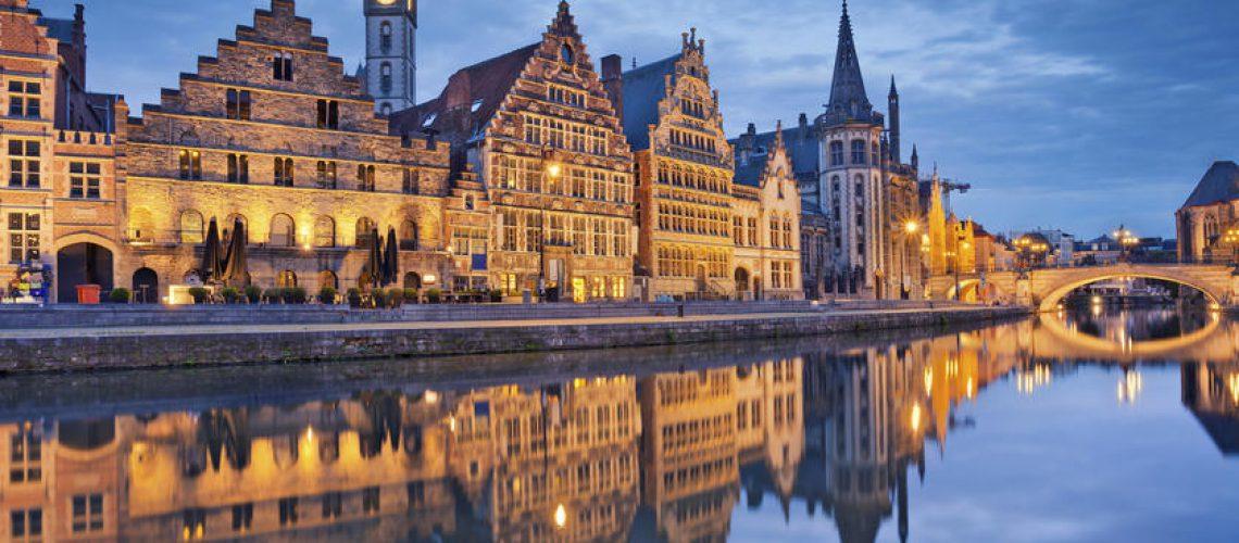 Imagen de Gante, Bélgica durante la hora azul del crepúsculo.